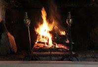 otwarty kominek z ogniem
